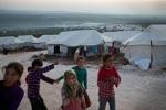 فتيات سوريات يلعبن في مخيم أطمة للسوريين النازحين داخلياً. يعيش الآن حوالي 12،000 نازحاً في المخيم. 2/12/2012، أطمة، سوريا.