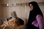 فتاة سورية صغيرة تستلقي في مستشفى في أنطاكية، تركيا، مع والدتها. تعرضت مجموعة من اللاجئين كانت معها لهجوم من الجيش السوري بالقرب من اللاذقية في سوريا وهم  يفرون باتجاه الحدود السورية.