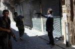الرجال الثلاثة ينتمون إلى المتمرّدين. يبدو أحدهم وكأنه خرج للتوّ من عمله المكتبي. تقريباً كل السوريين الذين يقاتلون كانوا حتى بداية الثورة مواطنين عاديين - فلاحين، معلّمين، موظفين. ولكن أرغمهم القمع الوحشي للمظاهرات على حمل السلاح. معظمهم ينتمي من مناطق سوريا الأكثر فقراً. تم أخذ الصور يوم 21 أغسطس / آب في حلب.