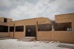 """مدرسة مدمرَة في بلدة ليج في محافظة إدلب شمال غرب سوريا. قصفت المنطقة على نطاق واسع ودوهمت من قبل الجيش السوري وميليشيات """"الشبيحة"""" الموالية للحكومة في الأشهر الأخيرة."""