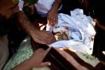جنازة جندي في الجيش السوري الحر في جنوب تركيا، بعد وفاته متأثراً بجروح أصيب بها خلال معركة مع الجيش السوري قرب اللاذقية. على الرغم من نقله إلى الحدود التركية، إلا أنه توفي لاحقاً في مستشفى في أنطاكية. يايلاداغي، تركيا. 08/06/2012.
