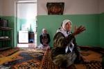 """أميرة، وهي من سكان البشيرية في إدلب، تصف كيف هاجم الجيش السوري وميليشيا """"الشبيحة"""" قريتها وقتلوا ابنها البالغ من العمر 15 عاماً اثناء فراره إلى الجبال المحيطة. البشيرية، إدلب، سوريا."""