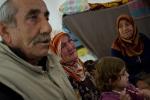 امرأة مسنة تبكي لسماعها أنباء الهجمات الأخيرة من قبل الجيش السوري في مسقط رأسها جسر الشغور، التي لا تزال ابنتها وأحفادها يحاولون الفرار منها إلى الحدود التركية. مخيم ريحانلي للاجئين في تركيا.