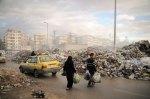يتعاظم جبل القمامة النتن أسبوعياً. يحمل السوريون قماماتهم إلى أحد الدوارات المرورية في حلب. توقف عمليات جمع القمامة منذ أشهر بسبب المعارك الضارية القائمة.