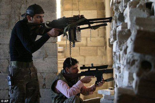 المقاومة: مقاتلون من الجيش السوري الحر يتخذون مواقعهم وهم يراقبون قوات الجيش السوري (النظامي) في قاعدة وادي الديف، عند خط المواجهة الأمامي لبلدة معرة النعمان في محافظة إدلب.