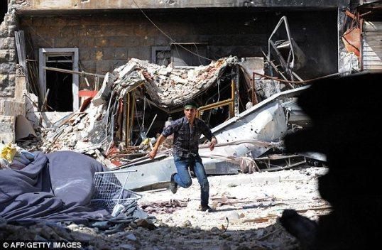 الصراع: مقاتل من المعارضة يركض للاحتماء من نيران قناصة الجيش السوري (النظامي) خلال الاشتباكات في مدينة حلب الشمالية.