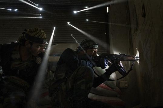 جنديان من الثوار السوريين يأخذون مواقع للقنص في حي جبل كرمل المتصارع عليه وسط حلب. تصوير Javier Manzano/AFP جفير مانزانو