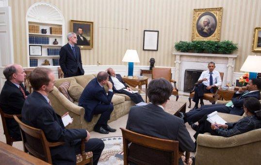 المداولات: الرئيس أوباما مجتمعاً مع مستشاروه للأمن القومي في مكتب الأوفيل Oval Office أواخر آب لمناقشة الاستراتيجيات في سوريا. الصورة من إصدار البيت الأبيض. بيت سوزا Pete Souza البيت الأبيض.