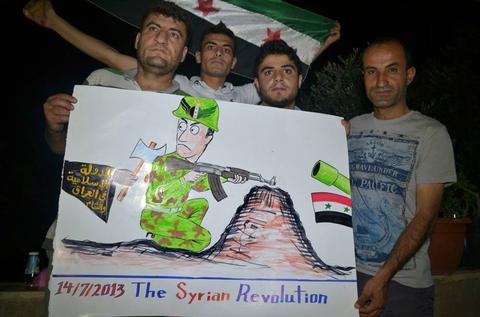 لافتة استخدمت في احتجاج الصيف الماضي تصور جنديا من الجيش السوري الحر المدعوم من الغرب يتعرض للطعن في الظهر على يد أحد أفراد داعش المرتبطة بالقاعدة.